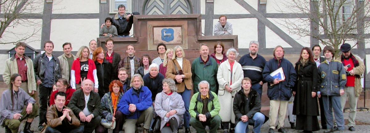 Die FGK mit der polnischen Kornkreisgruppe aus Wylatowo vor dem Zierenberger Rathaus.