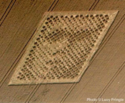 """14. August 2001 – """"The face"""" Kornkreisformation bei Chibolton/Hampshire<br>Copyright: Lucy Pringle"""
